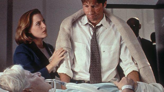 Mrs. Mulder (Rebecca Toolan, vorne) wurde mit einem Schlaganfall in ein Krank...