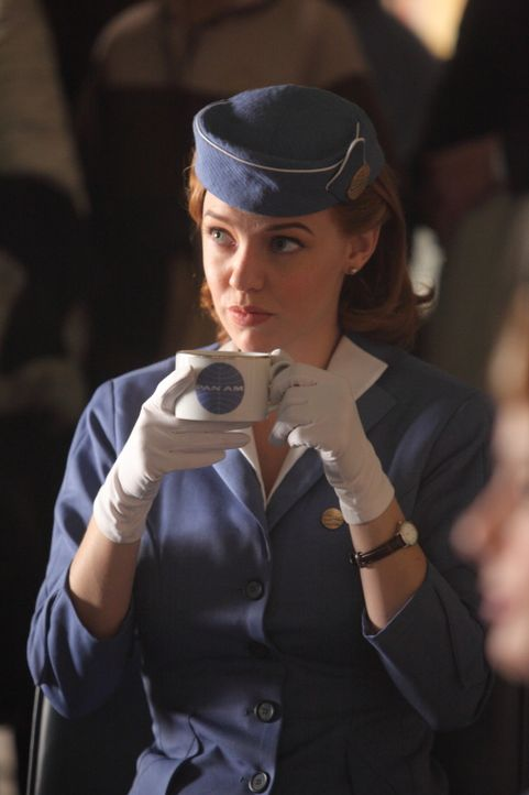 Um ihren Auftrag in Moskau zu erledigen, bringt Kate (Kelli Garner) alle Crewmitglieder in Gefahr ... - Bildquelle: 2011 Sony Pictures Television Inc.  All Rights Reserved.