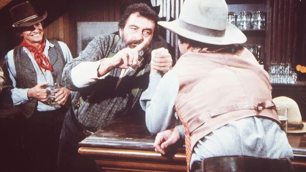 Mr. Edwards (Victor French, M.) misst sich im Saloon beim Armdrücken. © World...