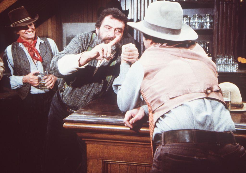 Mr. Edwards (Victor French, M.) misst sich im Saloon beim Armdrücken. - Bildquelle: Worldvision