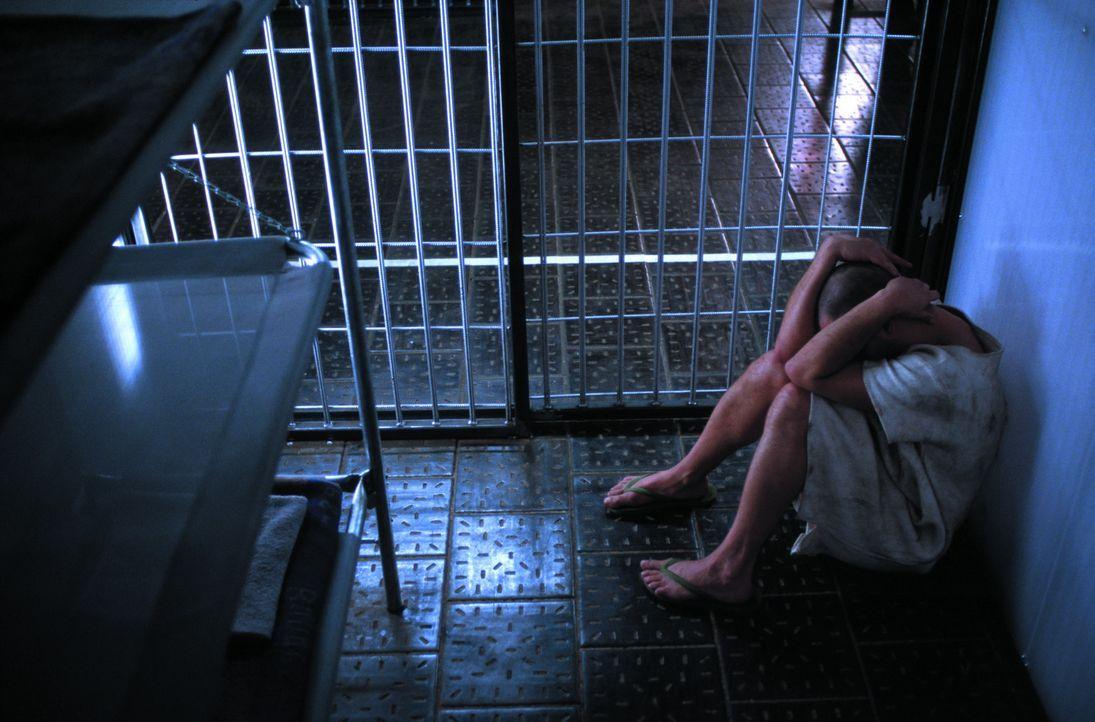 Nach einem weiteren Zwischenfall stürmen die Wärter mit Feuerlöschern den verdunkelten Zellentrakt, nehmen den Gefangenen die Kleider ab und ketten... - Bildquelle: SENATOR FILM Alle Rechte vorbehalten