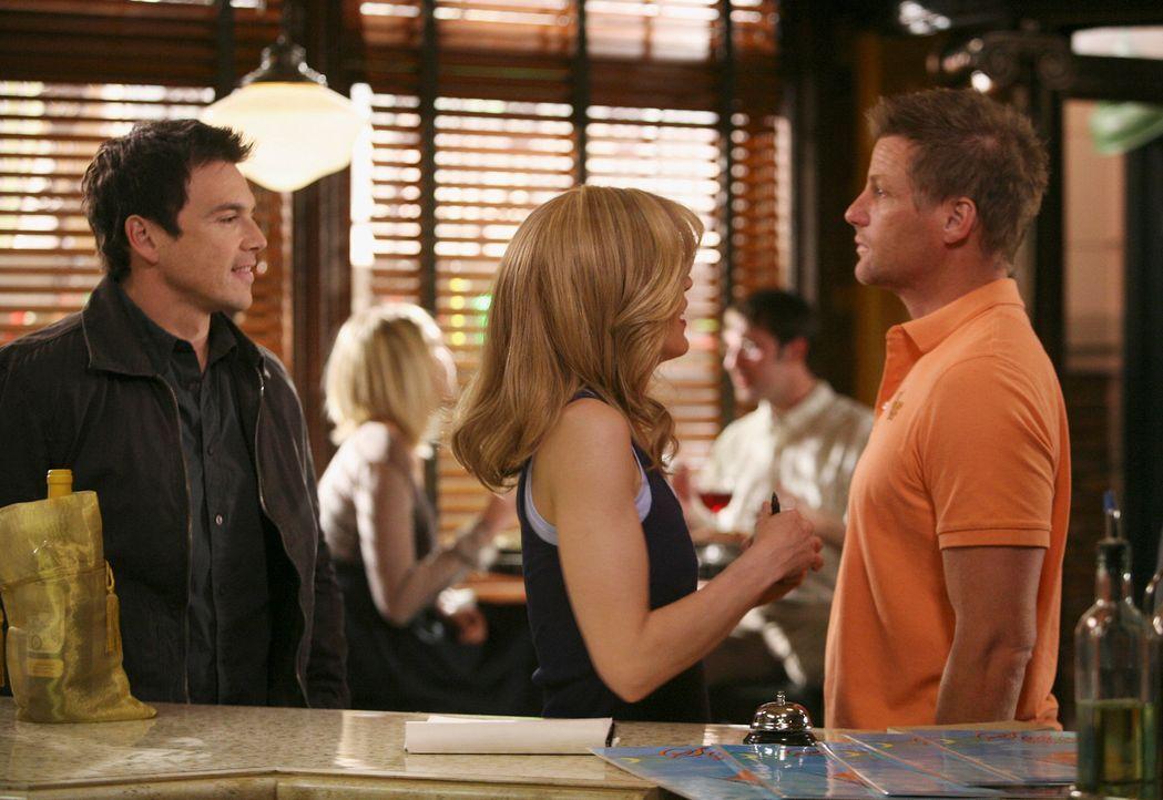 Spannung entsteht zwischen Lynette (Felicity Huffman, M.) und Tom (Doug Savant, r.), als plötzlich Rick (Jason Gedrick, l.) in der Pizzeria auftauch... - Bildquelle: ABC Studios