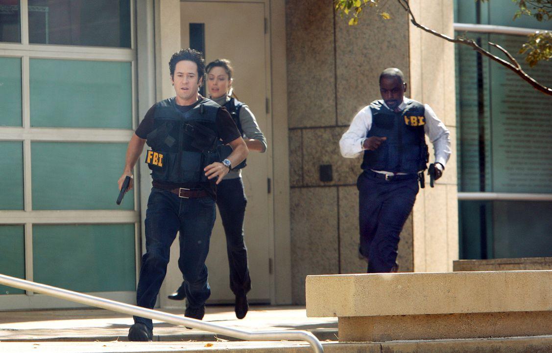 Ein Wettlauf mit der Zeit beginnt, denn aus einem Überfall wurde eine Geiselnahme: Liz (Aya Sumika, M.), Don (Rob Morrow, l.) und David (Alimi Balla... - Bildquelle: Paramount Network Television