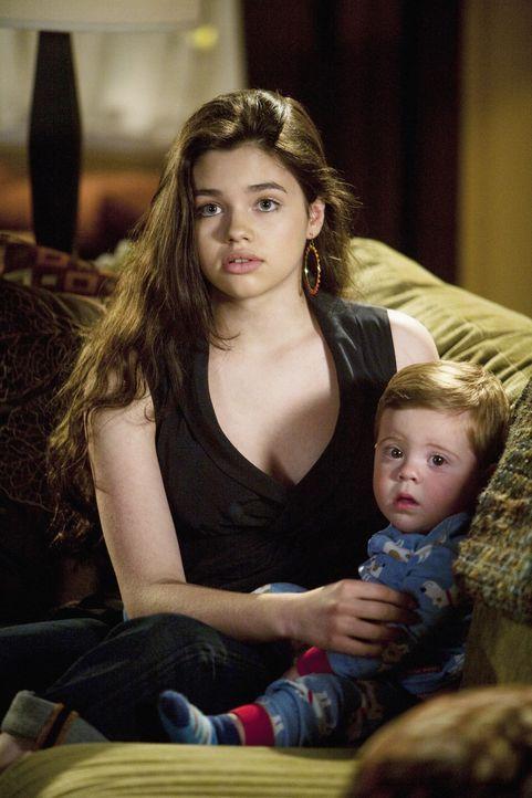 Ashley (India Eisley, l.) ermutigt ihre Mutter, auszugehen, nachdem sie zufällig mitbekommen hat, wie ihr Vater sich verabredet hat ... - Bildquelle: 2009 DISNEY ENTERPRISES, INC. All rights reserved. NO ARCHIVING. NO RESALE.