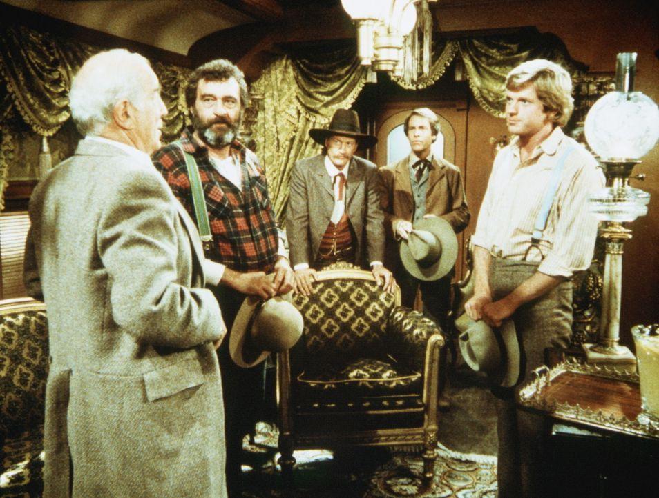 Der Präsident der Eisenbahngesellschaft, Mr. Hollingsworth (Stephen Elliott, l.), bittet Almanzo Wilder (Dean Butler, r.) und Mr. Edwards (Victor F... - Bildquelle: Worldvision