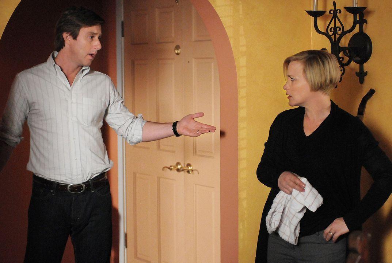 Ein junger Mann scheint Allison (Patricia Arquette, r.) zu verfolgen. Joe (Jake Weber, l.) versucht sie zu beruhigen und eine natürliche Erklärung f... - Bildquelle: Paramount Network Television