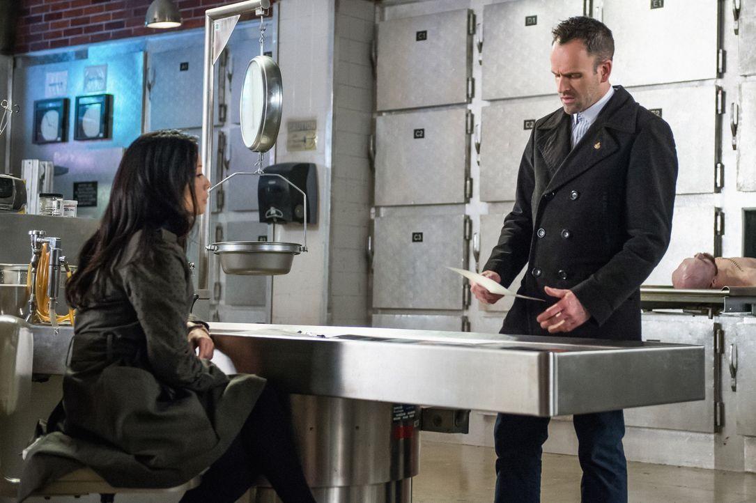 Versuchen endlich wieder, gemeinsam einen Fall zu lösen: Dr. Watson (Lucy Liu, l.) und Sherlock Holmes (Jonny Lee Miller, r.) ... - Bildquelle: CBS Television