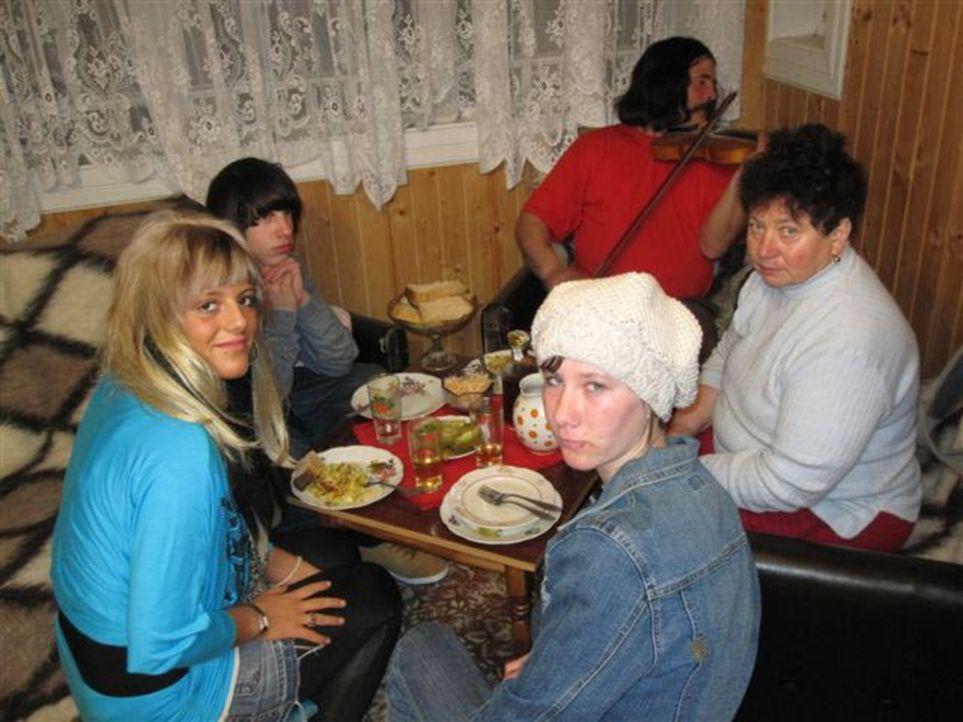Von ihren Eltern wird die 17jährige Alica (l.) zu einer Huzulen-Familie, die traditionell wie vor 100 Jahren lebt, in die Ukraine geschickt ... - Bildquelle: kabel eins