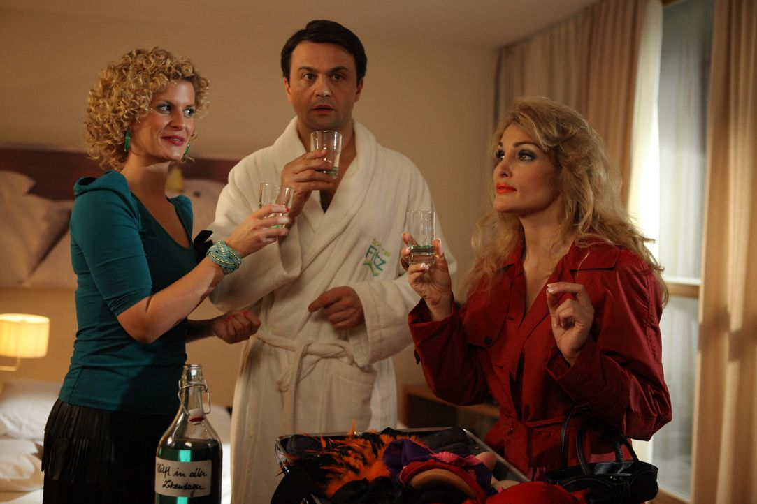 Ein ganz besonderer Abend: Hotelbesitzer Steinke (Michael Rotschopf, M.), Rike (Theresa Underberg, l.) und Olivia Angel (Tanja Wenzel, r.) ... - Bildquelle: Petro Domenigg SAT.1