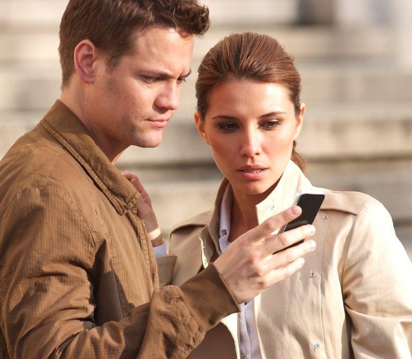 Erst spät erkennen Max (Shane West, l.) und Kamila (Tamara Feldman, r.), dass der Absender der Handy-Nachrichten in der höchsten FBI Etage zu finden... - Bildquelle: MOBICOM HOLDINGS, S.A.