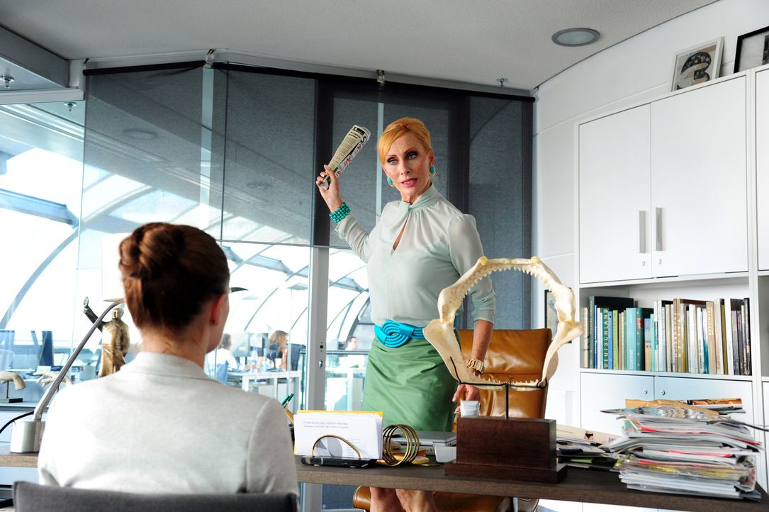 """Hart und überhaupt nicht herzlich: """"Gossip""""-Chefredakteurin Carmen (Andrea Sawatzki, r.) macht ihrer Assistentin Lissie (Jennifer Ulrich, l.) das Leben zur Hölle ..."""