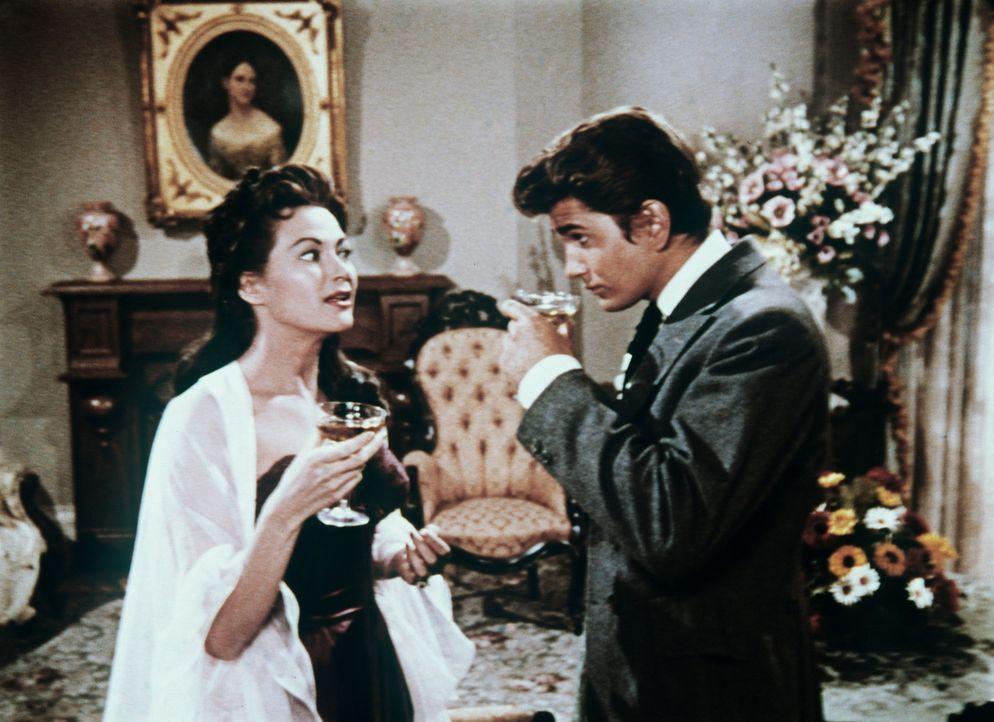 Little Joe Cartwright (Michael Landon, r.) unterhält sich mit einem der Mädchen von Julia Bulette. - Bildquelle: Paramount Pictures