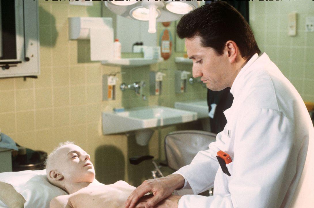 Dr. Markus Kampmann (Ulrich Reinthaller, r.) untersucht den an Leukämie erkrankten Tobias Felder (Jasche Mettmann, l.). Nur eine Rückenmarkspende vo... - Bildquelle: Jatagandzidis Sat.1