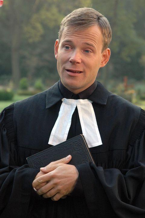 Mathias Schlung bringt als Priester sogar eine Trauergemeinde zum Lachen. - Bildquelle: Sat.1