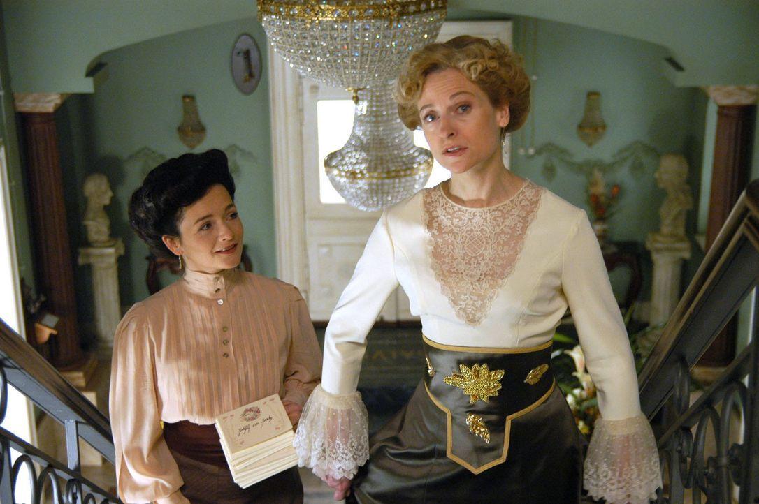 Charlotte Gravenhorst (Mignon Remé, r.) bespricht Details des Verlobungsfestes mit ihrer Kammerzofe Ida (Katharina Stemberger, l.). - Bildquelle: Aki Pfeiffer Sat.1