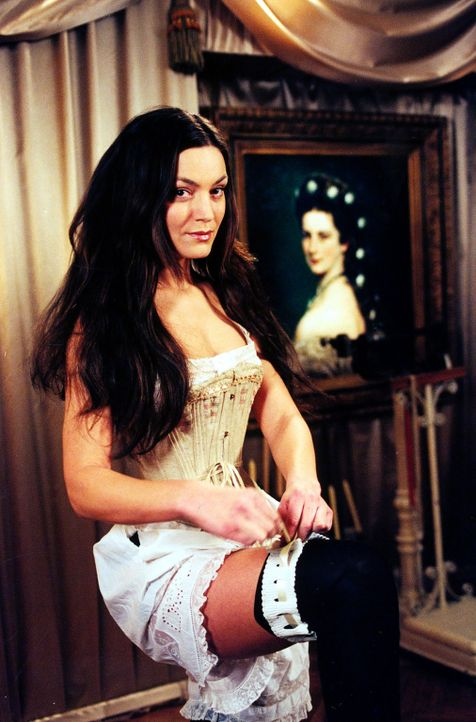 Marion Gruber (Marion Mitterhammer) vor ihrem großen Vorbild: Kaiserin Sisi. - Bildquelle: Ali Schafler SAT.1