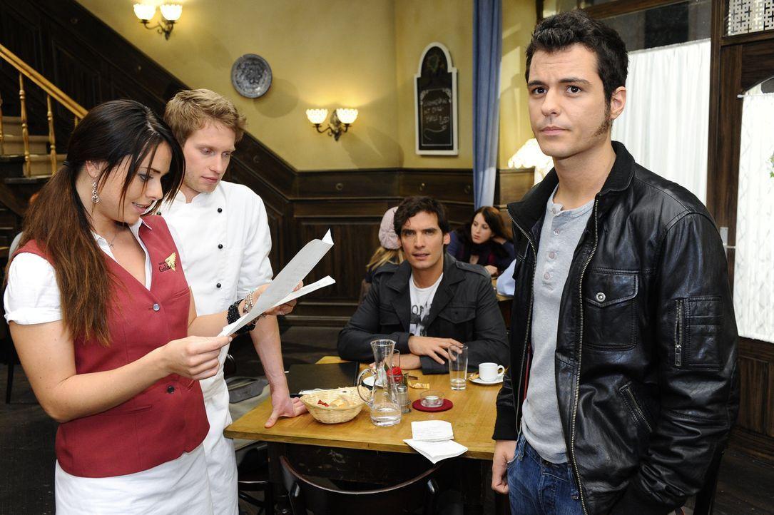 Maik (Sebastian König, r.) will Paloma (Maja Maneiro, l.) seine Liebe gestehen, findet aber nicht die richtigen Worte. Er versucht es mit einem Bri... - Bildquelle: SAT.1