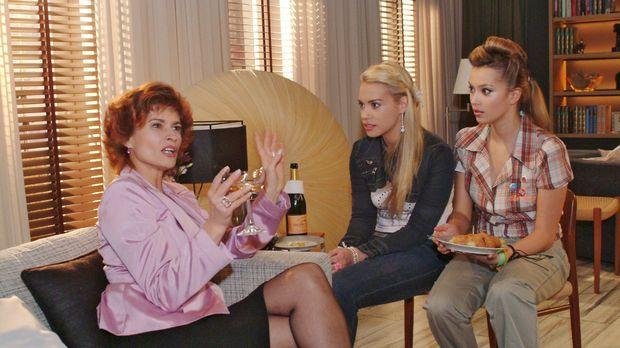 Als Sophie (Gabrielle Scharnitzky, l.) aus früheren Zeiten berichtet, hängen...
