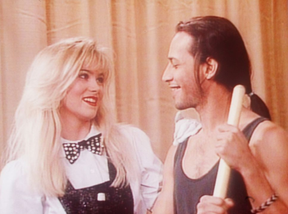 Kelly (Christina Applegate, l.) hat ein Auge auf den attraktiven Hausmeister Bruno (Jesse Borrego, r.) geworfen. - Bildquelle: Sony Pictures Television International. All Rights Reserved.