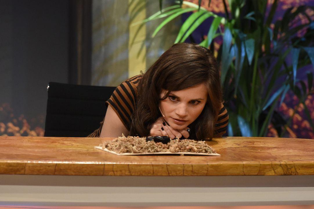 Joyce Ilg lernt erstaunliche Dinge über die ungewöhnlichsten Tiere ... - Bildquelle: Martin Rottenkolber SAT.1
