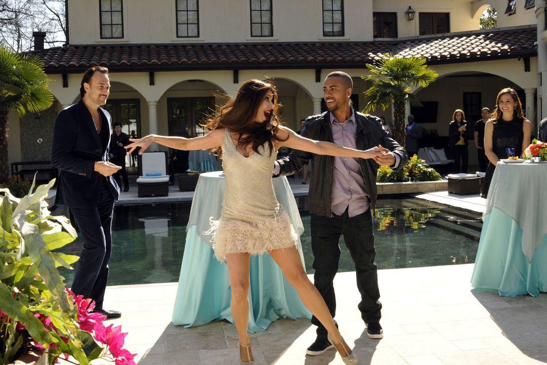Während Marisol mehr über Floras Tod herausfinden möchte, hat Carmen (Roselyn Sanchez, 2.v.l.) das Glück, auf Alejandros Party auf Benny Soto (Carlo... - Bildquelle: ABC Studios