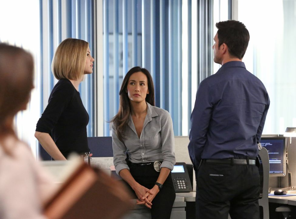 Noch tappt das Team um Jack (Dylan McDermott, r.), Beth (Maggie Q, M.) und Janice (Mariana Klaveno, l.) bei den Ermittlungen in einem neuen Fall im... - Bildquelle: Warner Bros. Entertainment, Inc.