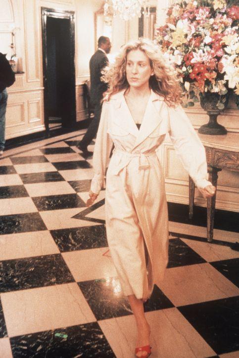 Carrie (Sarah Jessica Parker) eilt zu einem heimlichen Treffen mit Big ... - Bildquelle: Paramount Pictures