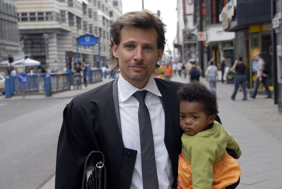 Alex Degen (René Steinke, l.) ist ein erfolgreicher Anwalt in einer renommierten Kanzlei, ein Frauenheld und Macho. Doch dann tritt Tochter Fanny (S... - Bildquelle: Christoph Assmann Sat.1