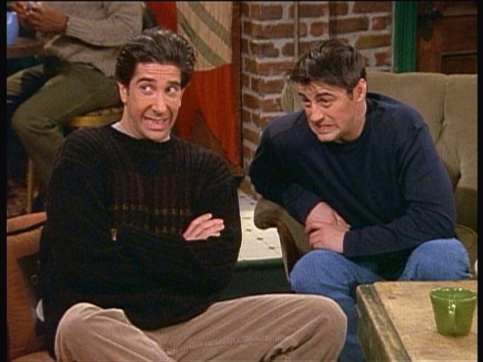Ross (David Schwimmer, l.) und Joey (Matt LeBlanc, r.) nehmen lebhaft an Monicas und Chandlers Streit teil ... - Bildquelle: TM+  2000 WARNER BROS.