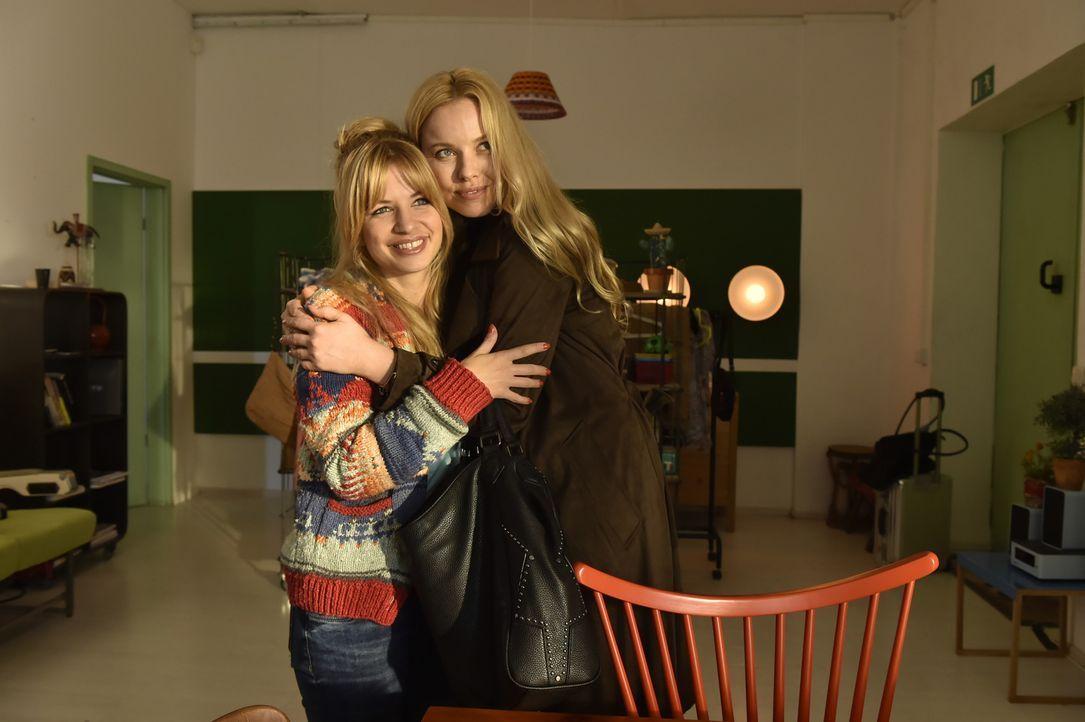 Zwischen ihnen entwickelt sich so etwas wie Freundschaft: Mila (Susan Sideropoulos, l.) und Ingrid (Sophie Meister, r.) ... - Bildquelle: Claudius Pflug sixx