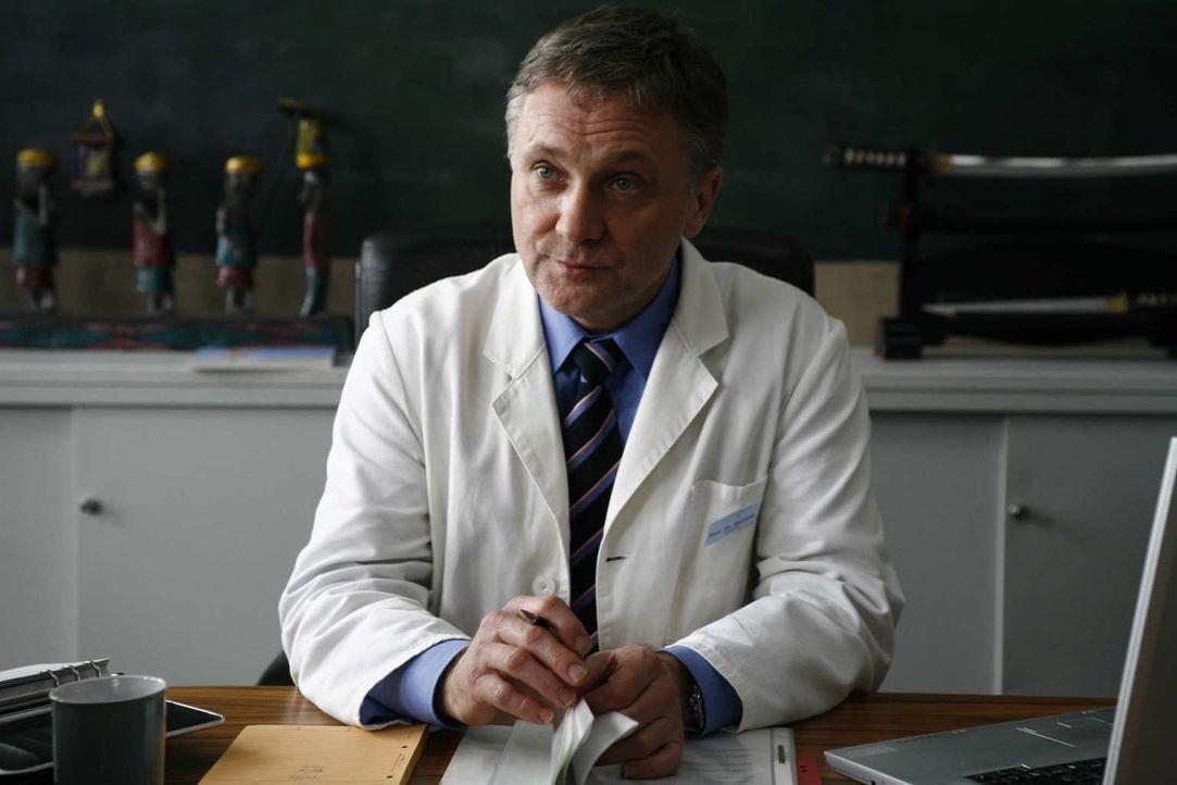 """""""Ich bin vieles, aber nicht nett!"""": Prof. Dr. Kortner (Bernhard Schir) ist zwar ein grandioser Chirurg, doch menschlich ist der Arzt eher ein ausgew... - Bildquelle: Volker Roloff SAT.1"""