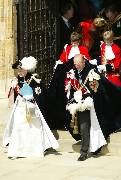 Queen Elizabeth II (l.) und Prinz Philip (r.) bei der jährlichen Zeremonie der Träger des Hosenbandordens, des exklusivsten Ordens des Vereinigten K... - Bildquelle: Ian Jones HTI  MEDIA