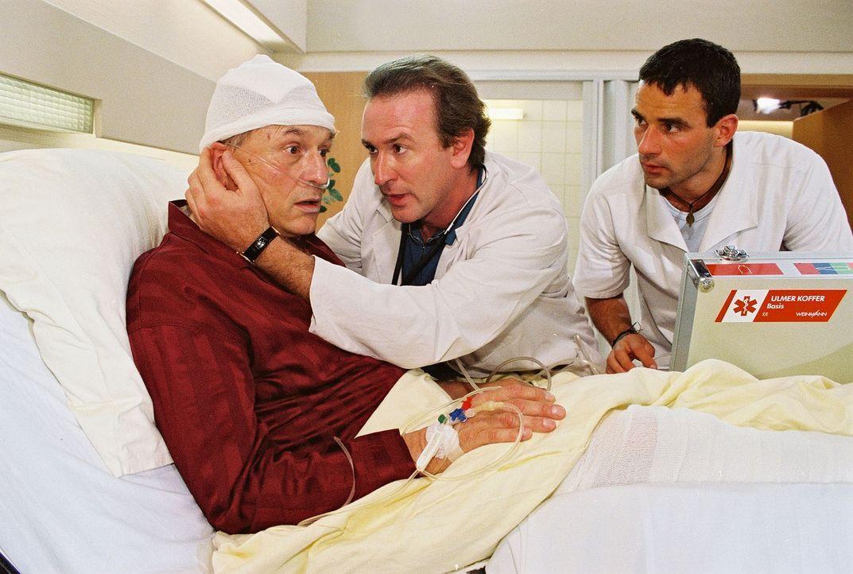 Dr. Forch (Stefan Walz, M.) und Pfleger Mathes Minke (Steffen Bielig, r.) eilen dem aufgebrachten Patienten Niklas Lorentz (Dietrich Mattausch, l.)... - Bildquelle: Noreen Flynn Sat.1
