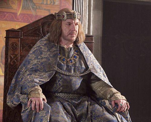 England, 1120: König Heinrich I. (Clive Wood) erfährt, dass sein einziger legitimer Sohn William bei einem Schiffsuntergang ums Leben gekommen ist. - Bildquelle: Egon Endrenyi - Tandem Productions - Pillars Productions