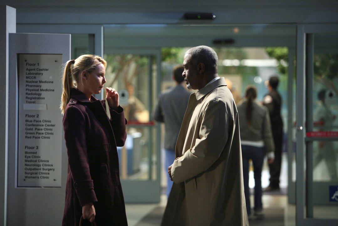 Izzie (Katherine Heigl, l.) hat sich entschlossen, wieder als Ärztin zu arbeiten. Webber (James Pickens Jr., r.) teilt sie wieder Bailey zu ... - Bildquelle: Touchstone Television