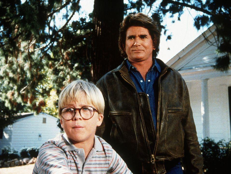 Ridley (Peter Billingsley, l.), der kleine Wichtigtuer, erzählt Jonathan (Michael Landon, r.) von dem schrecklichen Monster, das in der Stadt sein... - Bildquelle: Worldvision Enterprises, Inc.