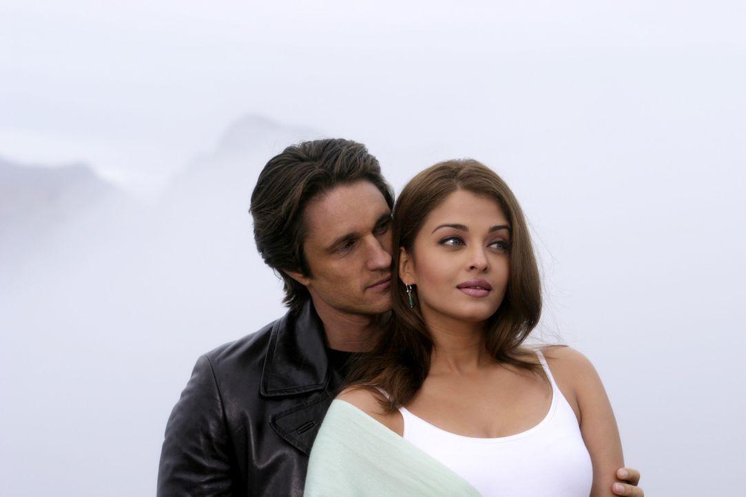 Erkennen erst auf Umwegen, dass sie füreinander bestimmt sind: William Darcy (Martin Henderson, l.) und Lalita (Aishwarya Rai, r.) ... - Bildquelle: Miramax Films