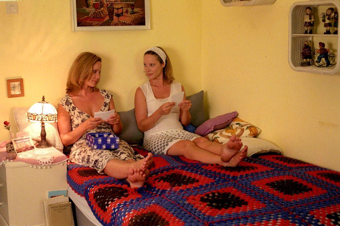 Endlich vereint: Katharina (Ann-Kathrin Kramer, l.) und Maria (Ann-Kathrin Kramer, r.) haben sich viel zu erzählen. - Bildquelle: Thomas Kost Sat.1