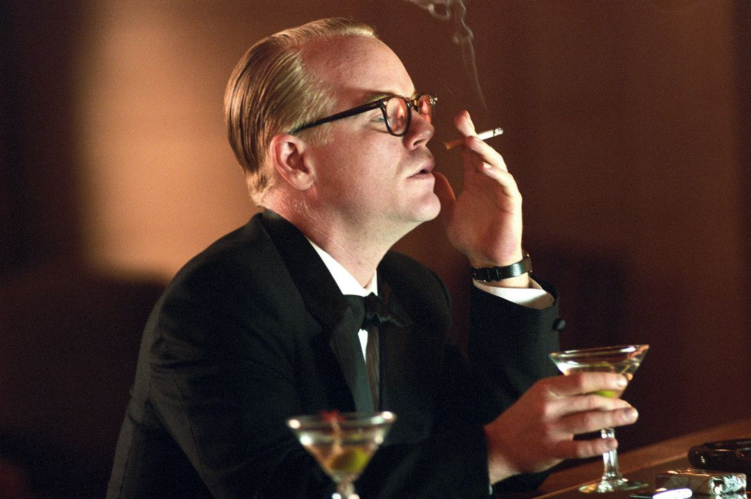 Dem feschen Reporter Truman Capote (Philip Seymour Hoffman) gelingt es sogar, in dem kleinen Örtchen Holcomb die Menschen für sich einzunehmen ... - Bildquelle: 2005 United Artists Films Inc. and Columbia Pictures Industries, Inc. All Rights Reserved.