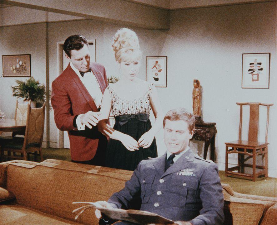 Trotz ihres neuen Verehrers bemüht sich Jeannie (Barbara Eden, M.), Tony (Larry Hagman, r.) zu gefallen. - Bildquelle: Columbia Pictures