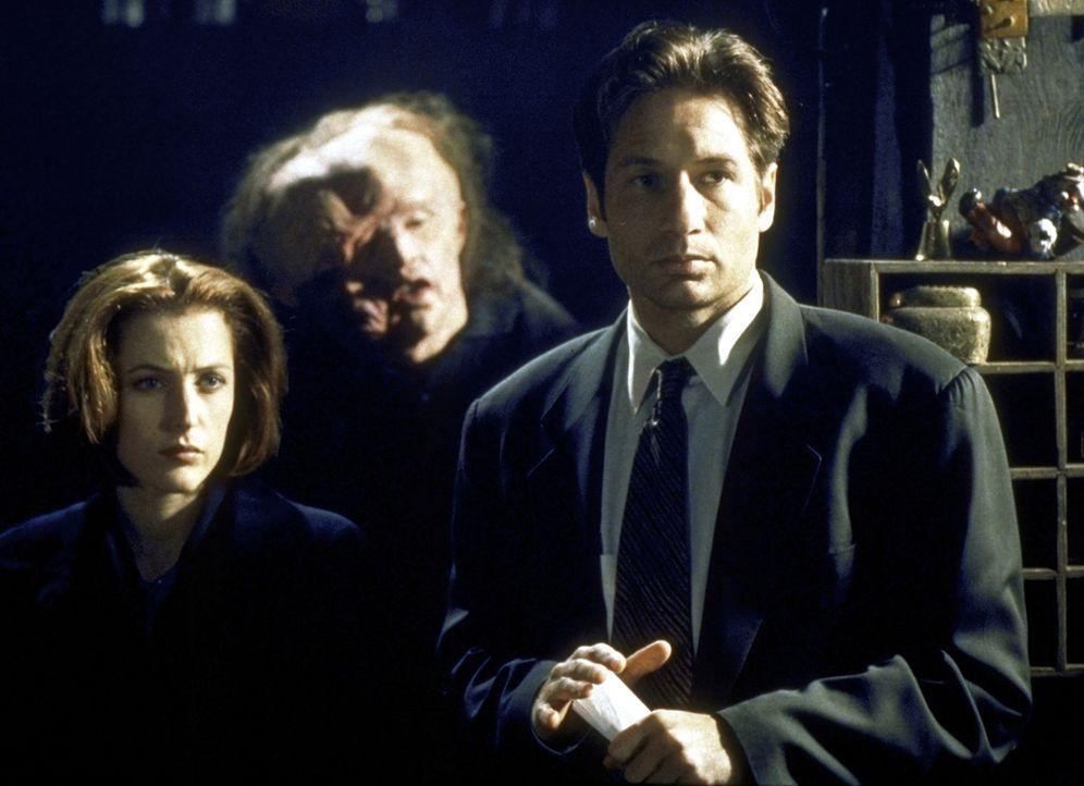 Mulder (David Duchovny, r.) und Scully (Gillian Anderson, l.) begegnen einem bedauernswerten Opfer eines gentechnischen Experimentes. - Bildquelle: TM +   2000 Twentieth Century Fox Film Corporation. All Rights Reserved.
