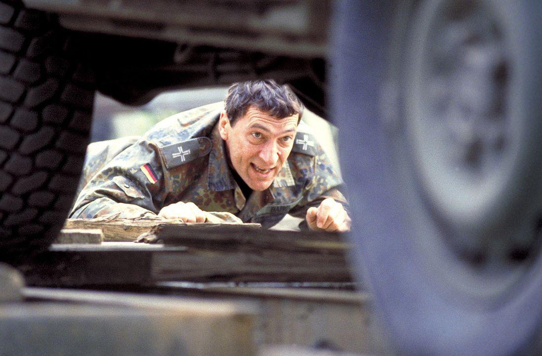 Erst spät erkennt Militärpfarrer Babel (Rudolf Kowalski, r.), Mitglied der deutschen SFOR Truppen im krisengeschüttelten Ex-Jugoslawien, dass der Mö... - Bildquelle: Jiri Hanzl ProSieben