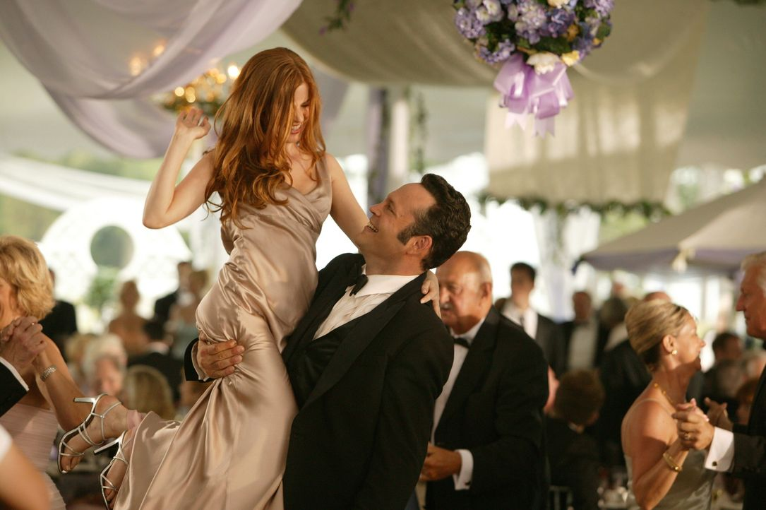 Kaum auf DER Hochzeit des Jahres angekommen, da nehmen die beiden Hallodris John und Jeremy (Vince Vaughn) die Brautjungfern Claire und Gloria (Isla... - Bildquelle: Warner Bros. Television