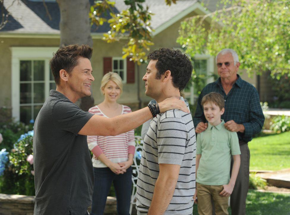 Der Schauspieler Dean (Rob Lowe, l.) kehrt in seinen Heimatort zurück und während sich Debbie (Mary Elizabeth Ellis, 2.v.l.), Ethan (Connor Kalopsis... - Bildquelle: 2015-2016 Fox and its related entities.  All rights reserved.