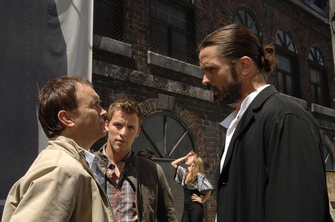 Kyle (Chad Faust, M.) macht eine Entdeckung, die das Leben von Kevin (Jeffrey Combs, l.) und Jordan (Billy Campbell, r.) vollkommen verändern könnte ...