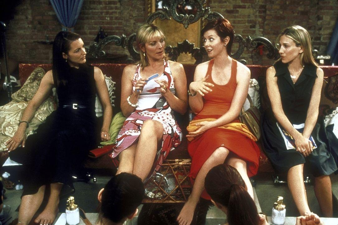 Bei ihrer wöchentlichen Pediküre haben die vier Freudinnen (v.l.n.r.) Charlotte (Kristin Davis), Samantha (Kim Cattrall), Miranda (Cynthia Nixon) un... - Bildquelle: 2001 Paramount Pictures