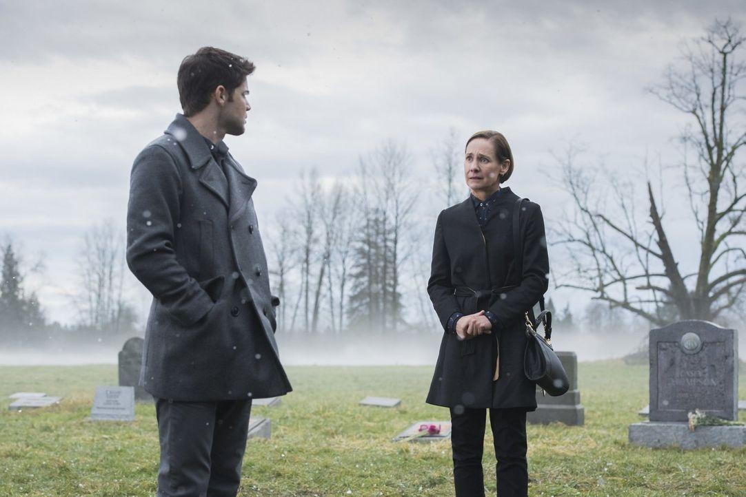 Bei der Beerdigung von Winns (Jeremy Jordan, l.) Vater taucht plötzlich seine entfremdete Mutter Mary (Laurie Metcalf, r.) auf ... - Bildquelle: 2017 Warner Bros.