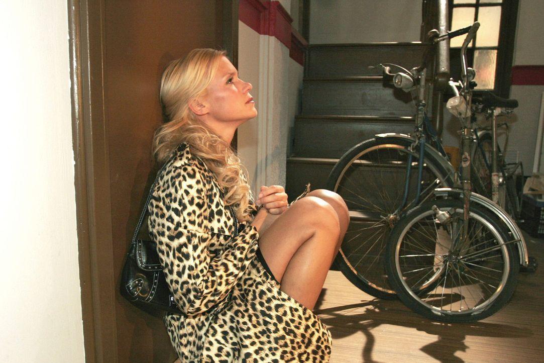 Sabrina (Nina-Friederike Gnädig) sucht verzweifelt nach Jürgen, um mit ihm über Richard zu reden. - Bildquelle: Noreen Flynn Sat.1