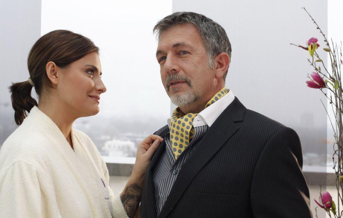 Während Manu von Knut abgewiesen wird, trifft Chris (Sophia Thomalla, l.) im Hotel auf ihren Vater Alister Putzer (Michele Oliveri, r.) ... - Bildquelle: SAT.1