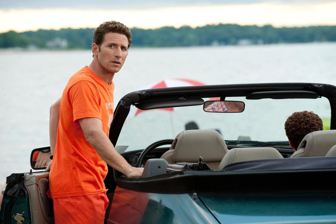 Hank (Mark Feuerstein) wird zu einem medizinischen Notfall am Strand gerufen ... - Bildquelle: Universal Studios